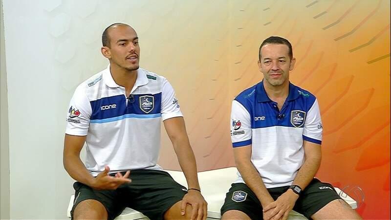 O levantador Ricardo Silveira e o técnico do Rádio Clube/AVP, Juliano Trindade; otimismo para o jogo com o Botafogo neste sábado (Foto: Facebook/AVP)