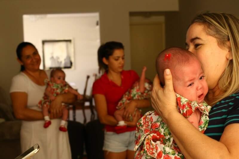 Chorando, à frente está Carmen, enquanto Suelena e Valentina revezam colo entre babá e madrinha. (Foto: André Bittar)
