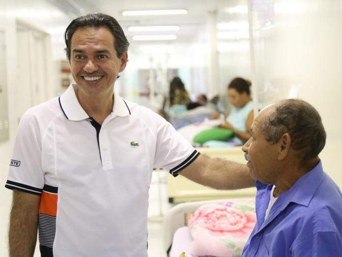 Marquinhos Trad cumprimento paciente no corredor do HU. (Foto: Marcos Ermínio)