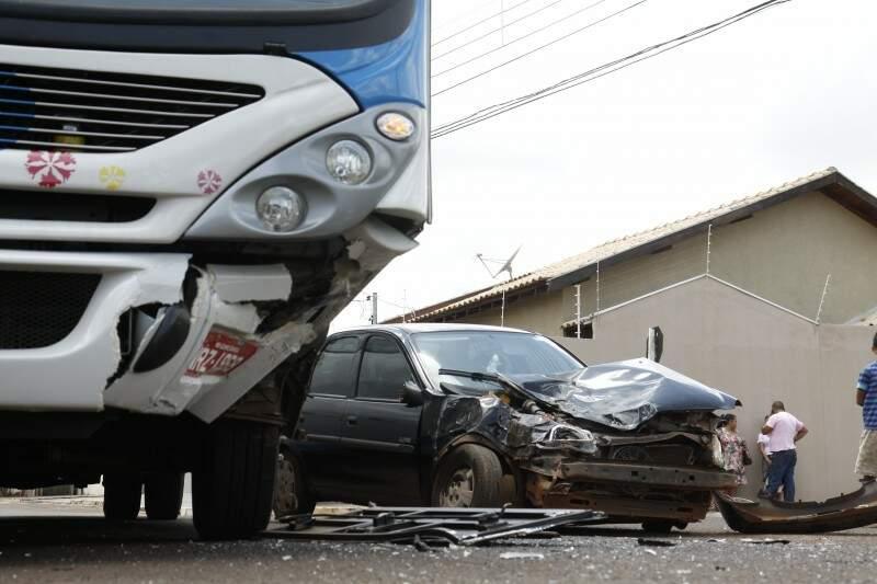 Veículo furou a preferencial e bateu na lateral esquerda do ônibus. (Fotos: Cleber Gellio)