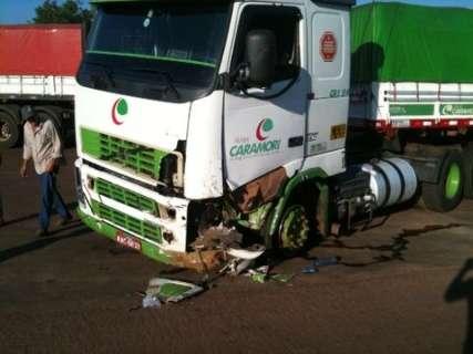 Acidente entre carreta e carro mata motorista na BR-163 em Rio Verde