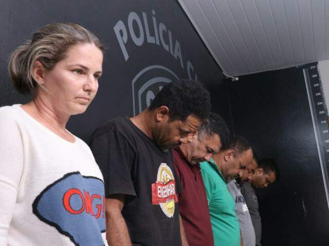 Eliane (esq) presa durante operação da Polícia Civil no domingo (Foto: Henrique Kawaminami)