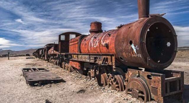 Trajeto tem sucatas de velhas locomotivas, abandonadas com a decadência econômica da Bolívia no século passado.