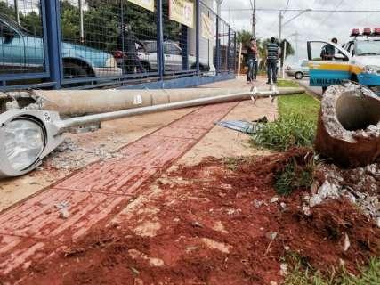 Condutor perde controle da direção e derruba poste da avenida Guaicurus