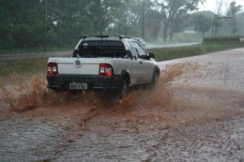 Chuva forte alaga avenidas e veículos trafegam na contramão
