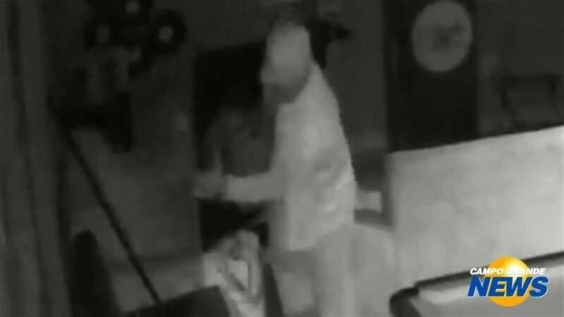 Ladrão invade barbearia, rouba televisão e foge