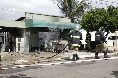 Incêndio seguido de explosões destrói loja de conserto de geladeiras