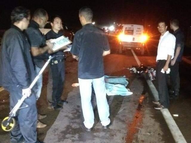 Policiais no local onde a vítima foi atropelada na BR-163 (Foto: Osvaldo Duarte/ Dourados News)