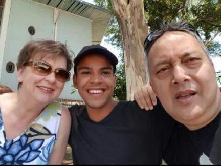 Anderson na Holanda, ao lado dos pais adotivos.