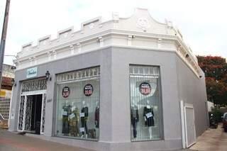 Comerciantes gastam com reforma e pintura para manter características originais de prédio. (Foto: Fernando Antunes)