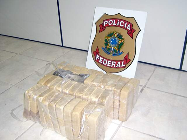 A droga estava escondida nos bancos traseiros, dividida em vários tabletes. (Foto: Divulgação/ Polícia Federal)