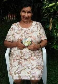 Dona Damiana guarda com carinho presente que ganhou presente que ganhou do aluno. (Foto: Arquivo Pessoal)