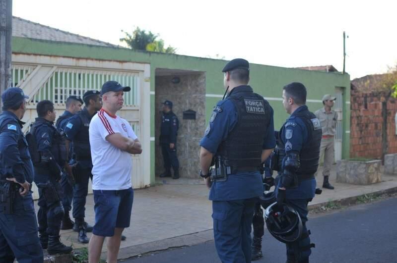 Movimentação na casa do casal no dia em que ocorreu o crime (Foto: Alcides Neto)