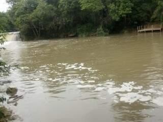 Turistas registraram águas do Rio Formoso, turva e com espuma, suspeita é poluição de açude. (Foto: Reprodução)