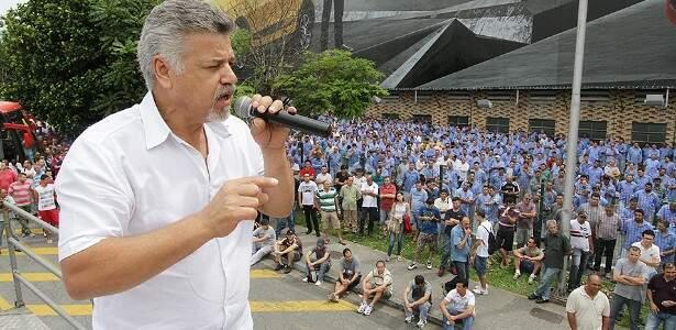 Sindicalista Wagner Almeida discursa em assembleia pela continuidade da produção da Kombi. Foto: Paulo de Souza/SMABC