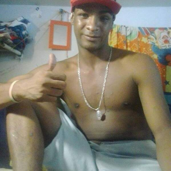 Leonardo César posa para foto publicada no Facebook, aparentemente, tirada dentro do presídio. (Foto: Reprodução Facebook)