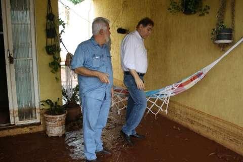 Enxurrada derruba muros, inunda casas e desespera famílias em bairro