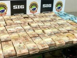 """""""Bolos"""" de dinheiro foram encontrados escondidos em carro, usado por dupla que traficava drogas. (Foto: Dourados News)"""