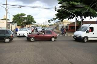 Por conta do grande fluxo, motorista acabam fechando o cruzamento (Foto: Cléber Gellio)