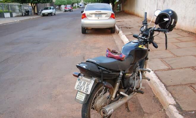 Motocicleta onde estava a vítima ficou com o guidão danificado. (Foto: Simão Nogueira)