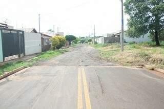 A rua Bogoni é uma das únicas não asfaltadas na região (Foto: Marcos Ermínio)