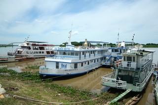 Barcos hotéis usados no turismo de pesca ficam parados para manutenção durante a piracema (Foto: Marcos Ermínio)