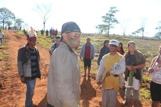 O cacique Karujuá mostra, passo a passo, o ataque dos fazendeiros (Foto: Helio de Freitas)