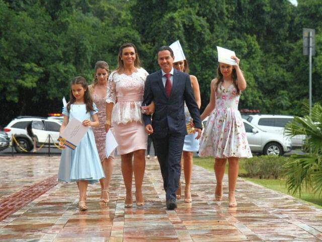 Marquinhos chega debaixo de chuva e acompanhado da família para ser empossado prefeito de Campo Grande. (Foto: Alcides Neto)