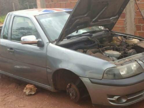 O carro foi encontrado sem as 4 rodas, bateria e som. (Foto: Divulgação PM)
