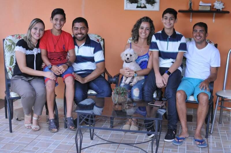 Os meninos foram apadrinhados cada um pelos pais do irmãos e juntos formam uma bela família. (Foto: Alcides Neto)