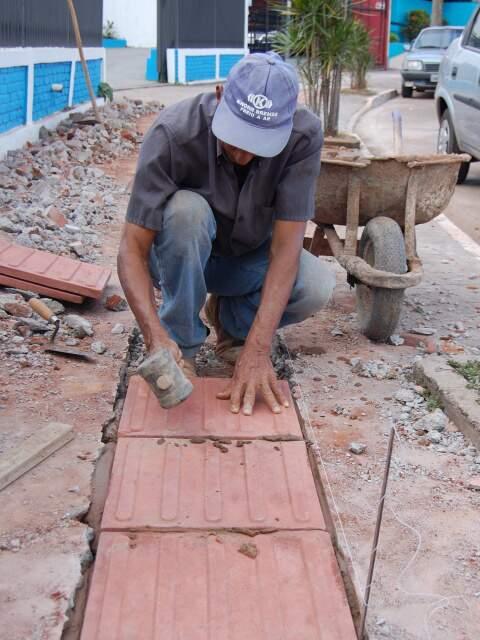"""Pedreiros aproveitam maré de serviço. Folga vira """"luxo"""" para quem precisa dar conta do trabalho. (Foto: Simão Nogueira)"""