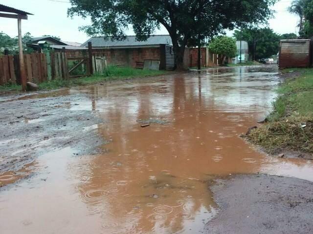 No Cristo Redentor, rua alaga durante chuva e depois vira um lamaçal (Fotos: Direto das Ruas)