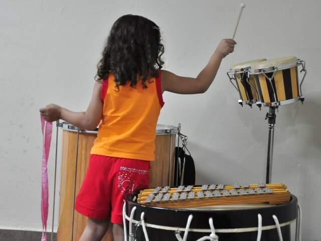 Instrumentos musicais em um ambiente livre para criação.