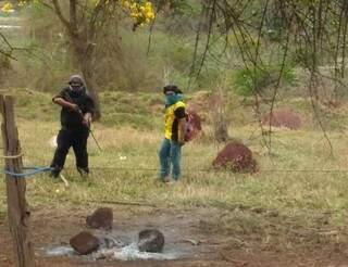 Índios armados próximo à propriedade nos arredores da Aldeia Bororó, em Dourados (Foto: Direto das Ruas)