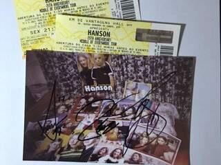 Os ingressos e a foto da coleção de Yara, autografada pelos irmãos. (Foto: Acervo Pessoal)