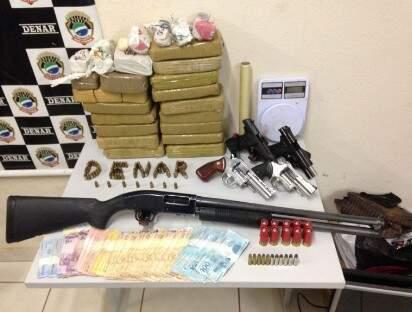 Maconha, cocaína, arsenal de armas e dinheiro foram apreendidos (Foto: divulgação/Polícia Civil)