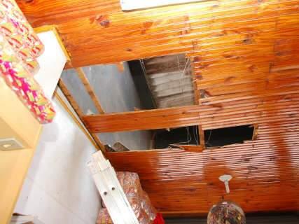 Pedreiro cai de telhado enquanto fazia conserto no Jardim Leblon