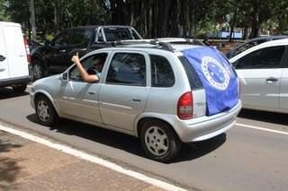 Christoffer comemorou durante a madrugada e ainda hoje pela manhã desfilava com seu carro enfeitado com a bandeira (Foto: Cleber Gellio)