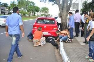 Motociclista foi arremessado em acidente e foi parar embaixo de carro. (Foto: João Garrigó)