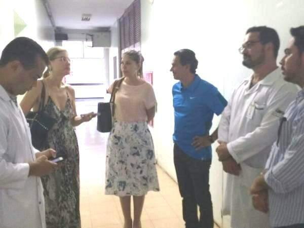 Marquinhos Trad (de azul), percorreu o hospital junto com equipe para encontrar plantonistas. (Foto: Richelieu de Carlo)
