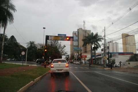 Chuva fina não deve acabar com estiagem na Capital, diz meteorologista