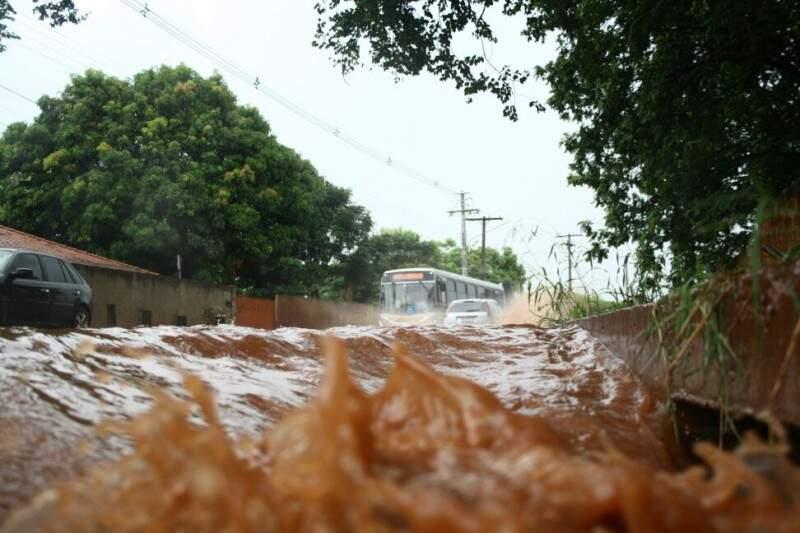 Água toma conta de via e dificulta até o trânsito do transporte coletivo (Foto: Marcos Ermínio)
