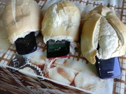 Mulher tenta entrar em presídio com aparelhos celulares escondidos em pães