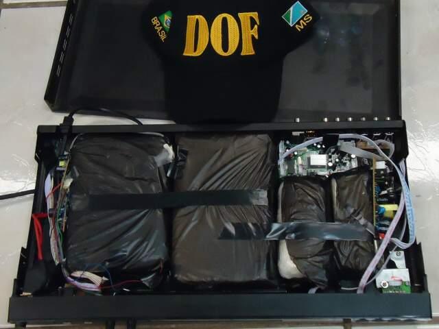 Tabletes de cocaína em aparelho de DVD (Foto: Divulgação/DOF)