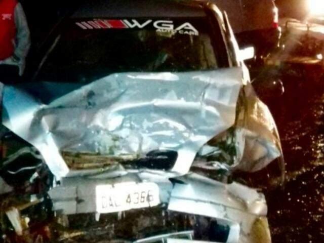 Veículos ficaram danificados com a colisão (Foto: Nova News)