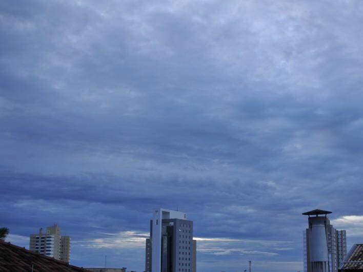 Céu com nuvens encobre Campo Grande. (Foto: Fernando Antunes)