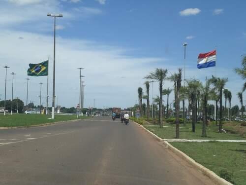 Na fronteira do Paraguai, Ponta Porã tem viaturas paradas.