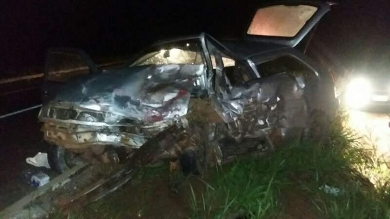 Quatro pessoas viajam no carro, duas morreram na hora. (Foto: Divulgação)