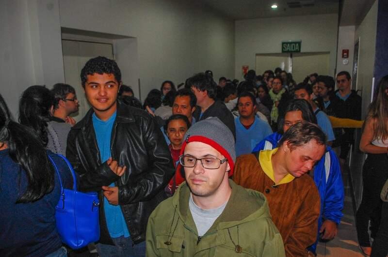 Estudantes da Escola Juliano Varela deixam cinema na tarde de hoje (Foto: Fernando Antunes)