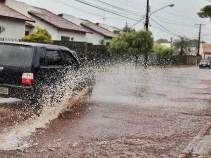 Chuva cai forte no fim da manhã desta sexta e continua na véspera de Natal
